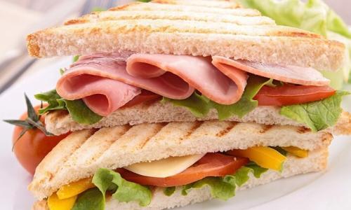 Thường xuyên ăn bánh mỳ kẹp thịt có nguy cơ cao mắc ung thư vú