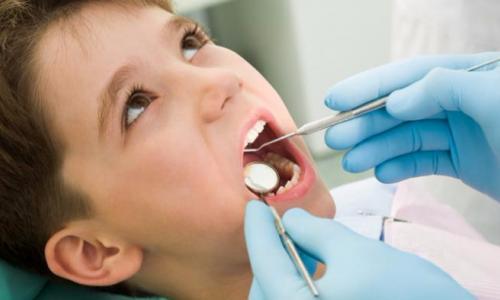 Làm thế nào để bé không sợ khi đi làm răng?