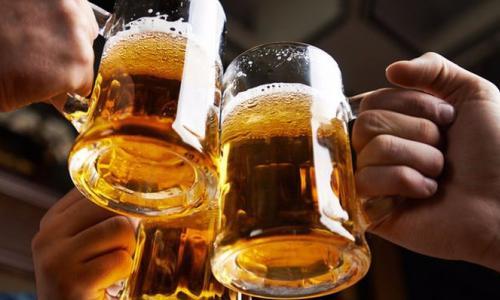 Uống bia đúng liều lượng giúp giảm nguy cơ đột quỵ ở phụ nữ?