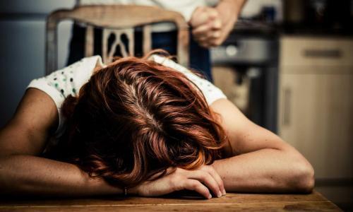 Bé trai bị tím bầm chân nghi do bạo hành được BV Nhi TW điều trị miễn phí