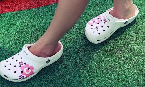 Đi dép crocs quá lâu không tốt cho bàn chân