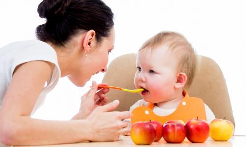 Huấn luyện bé tự xúc ăn từ 6 tháng