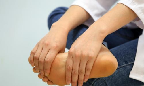 Tê chân có phải do thiếu canxi?
