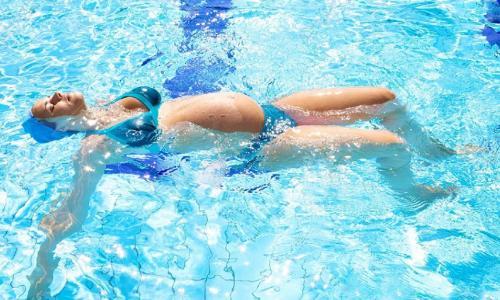Thai phụ có nên bơi?