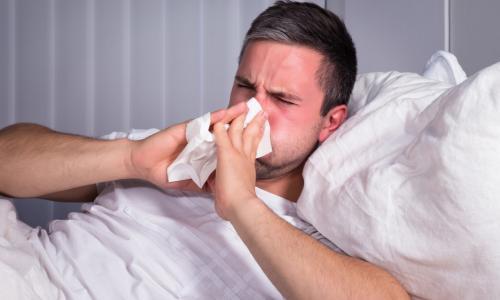 Người ngủ ít dễ bị cảm lạnh