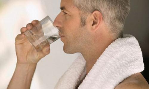 Người cao tuổi không nên uống quá nhiều nước