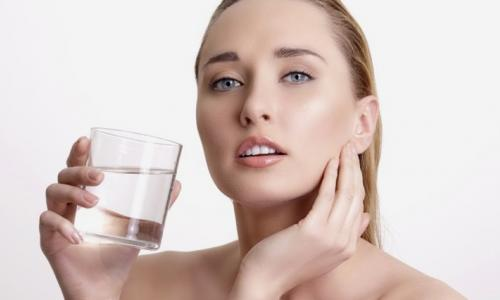 Vì sao không nên uống nước trước bữa ăn?