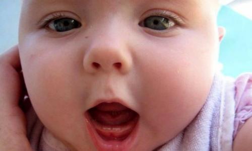 Cho trẻ ăn gì để răng mọc nhanh?