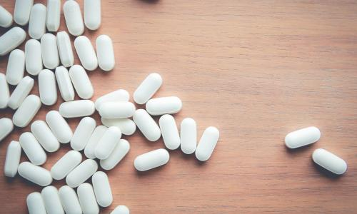 Thuốc nào không nên bẻ nhỏ hoặc ngâm nước cho tan?