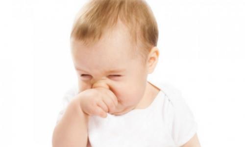 Khắc phục chứng sổ mũi và nẻ mặt ở trẻ
