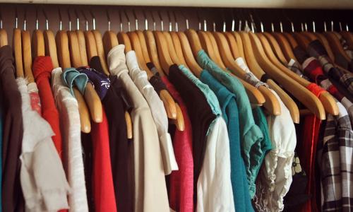 Có nên phơi quần áo trong nhà?