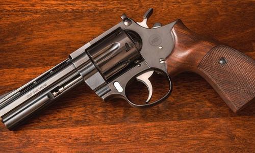 Bị súng cướp cò bắn vào ngực phải, bé trai 19 tháng tuổi nguy kịch