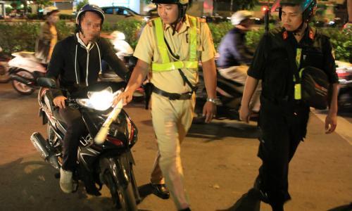 Hà Nội: Thiếu nữ đâm cảnh sát cơ động gãy chân
