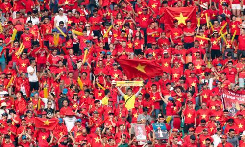 Cổ động viên Việt Nam yêu đội bóng theo cách riêng mình
