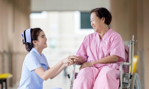 """Nghề điều dưỡng - """"Mắt xích"""" quan trọng trong điều trị"""