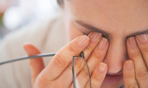 Khô mắt, mỏi mắt… do thiết bị điện tử