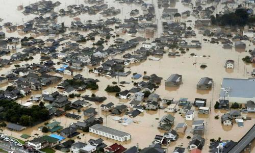 Bộ trưởng Nguyễn Thị Kim Tiến thăm và tặng quà bà con vùng lũ lụt