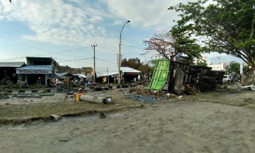 Kinh hoàng cảnh sóng thần tấn công Indonesia khiến gần 400 người thiệt mạng
