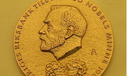 Nobel Vật lý 2018: Phát minh laser ứng dụng trong y học